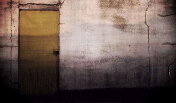 薄暗いドア